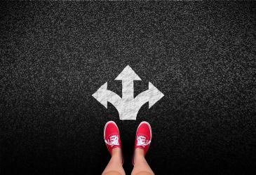 Pessoa escolhendo que caminho seguir