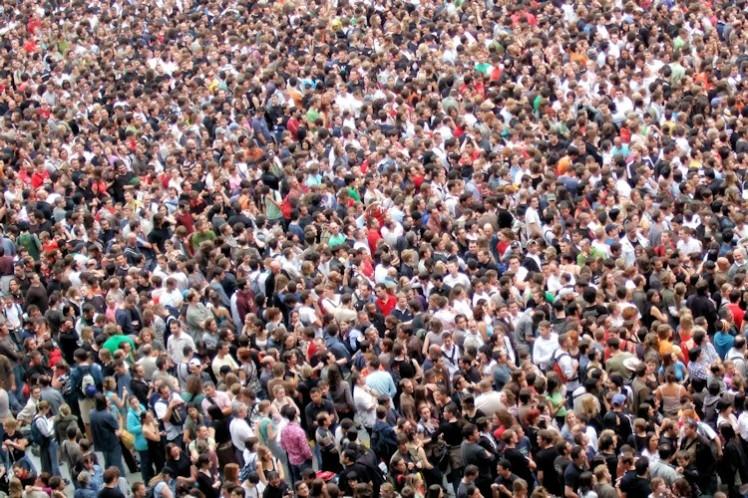 Foto de uma multidão aglomerada em um mesmo lugar